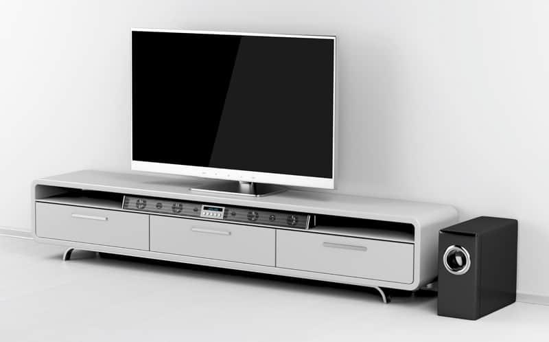 En soundbar giver bedre lyd til dit TV. Men du kan også benytte soundbaren til eksempelvis afspilning af musik.